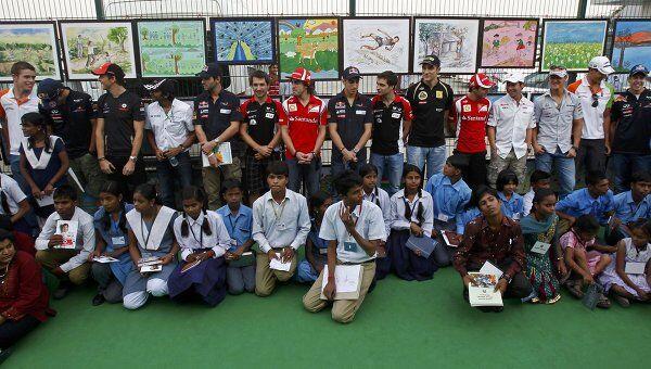 Пилоты перед стартом свободных заездов Гран-при Индии