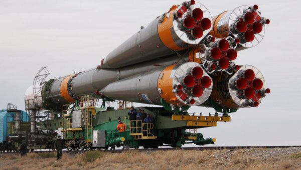 Вывоз и установка на стартовый комплекс ракеты Прогресс-М13. Архив