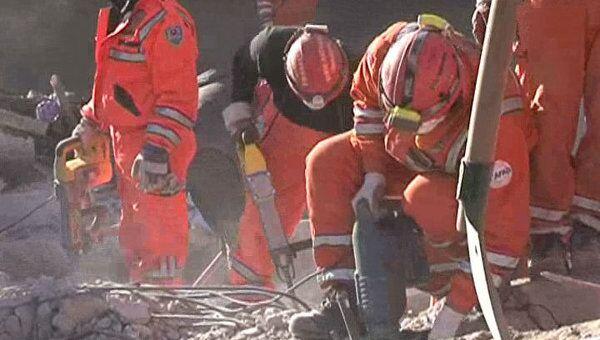 Спасатели разбирают завалы в разрушенном Эрджише с ювелирной точностью