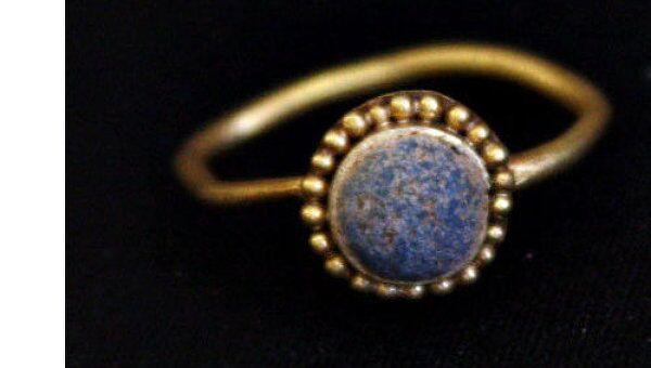 Античный золотой перстень с разомкнутой дужкой, зерненным щитком и вставкой из голубой пасты