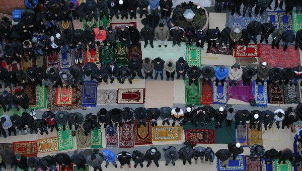 Мусульмане во время молитвы в день праздника жертвоприношения Курбан-Байрам в соборной мечети Новосибирска