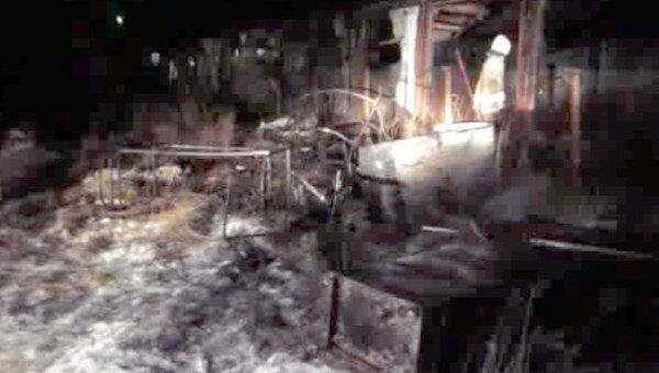 Спасатели разгребают завалы на месте крупного пожара в Коми