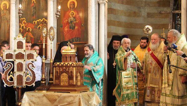 Патриарх Московский и всея Руси Кирилл передал сирийским верующим от российского народа полутораметровый крест, дарохранительницу и две рипиды