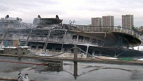 Пожар полностью уничтожил теплоход Сергей Абрамов. Видео с места ЧП
