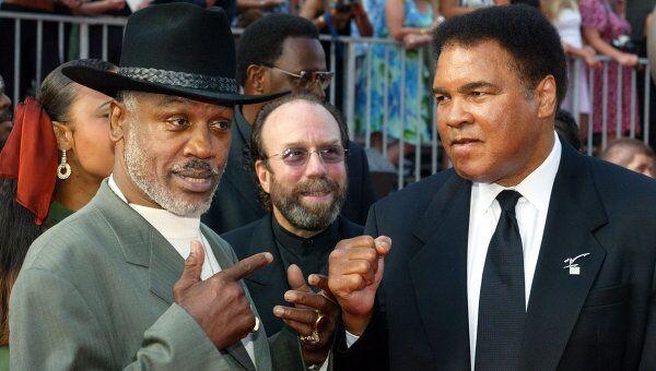 Джо Фрейзер и Мухаммед Али (слева направо)
