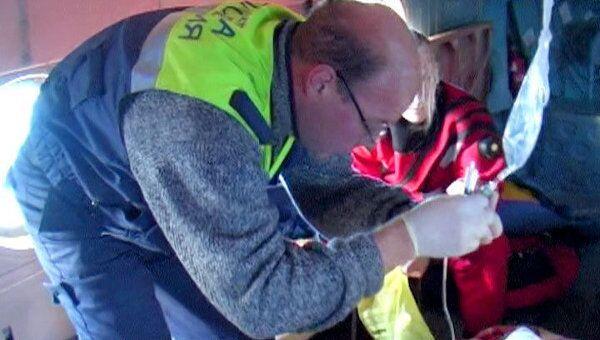 Медики в вертолете оказали первую помощь морякам Капитана Кузнецова