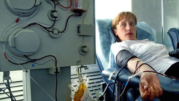 Доноры на станции переливания крови. Архив