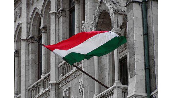 Флаг Венгрии на здании венгерского парламента. Архивное фото