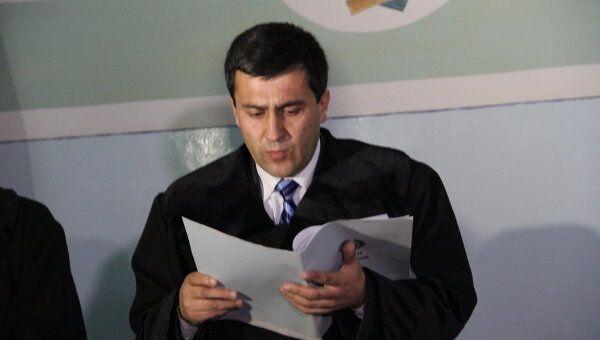 Судья Алишо Курбанов-зампредседателя суда Хатлонской области зачитывает приговор  летчикам Садовничему и Руденко