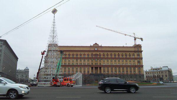 Процесс установления елки на Лубянской площади