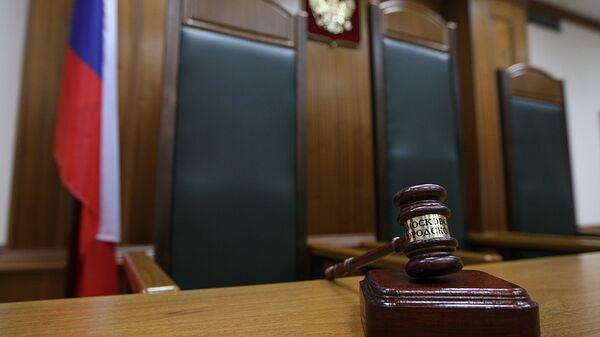 Кресло судьи в зале заседаний, архивное фото