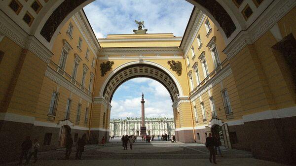 Вид на Эрмитаж и Александровскую колонну через арку Главного штаба