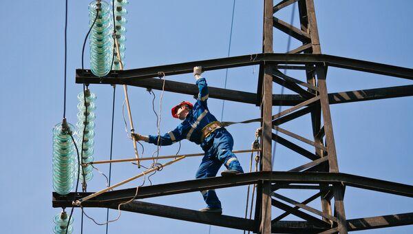 Монтажник проводит ремонт на линии электропередач. Архивное фото