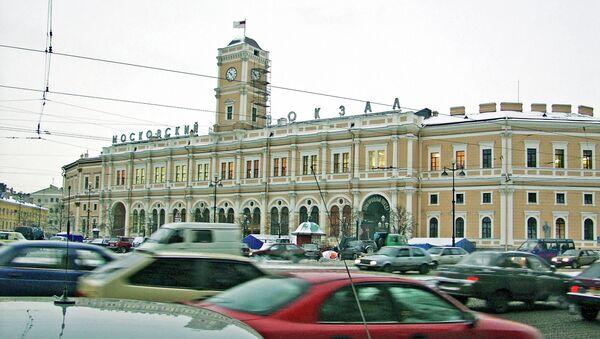 Автомобили у Московского вокзала в Санкт-Петербурге. Архивное фото