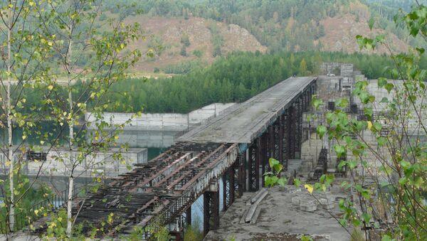Законсервированная Крапивинская ГЭС на реке Томь в Кемеровской области