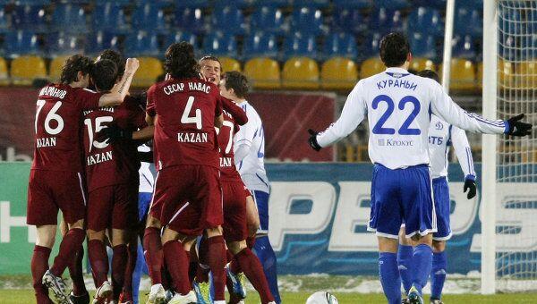 Футболисты Рубина (слева)