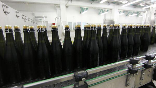 В цехе шампанизации завода Абрау-Дюрсо. Архивное фото