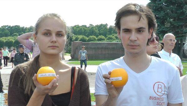 Петербуржцы вышли в поддержать Pussy Riot  креативными акциями