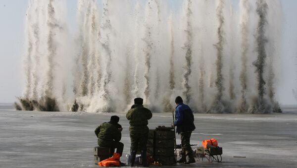 Сотрудники МЧС РФ ведут работы по подрыву льда, архивное фото