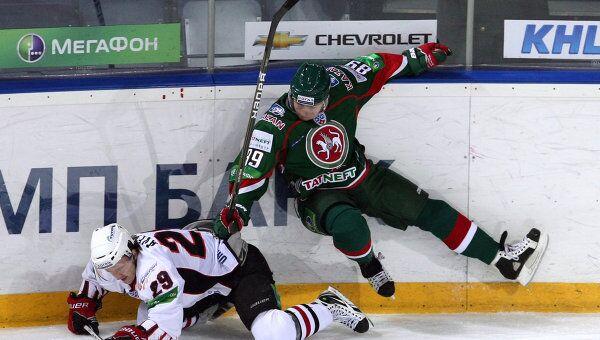 нападающий Ак Барса Артем Лукоянов (справа)
