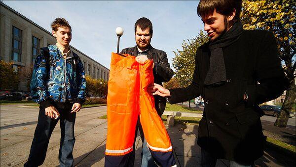 Активисты передали Полтавченко оранжевые штаны, как атрибут власти