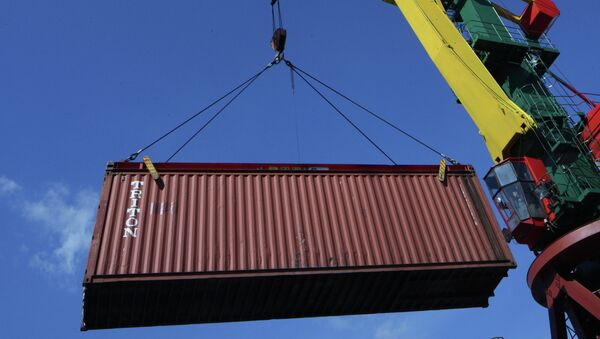 Работа контейнерного терминал в порту. Архив