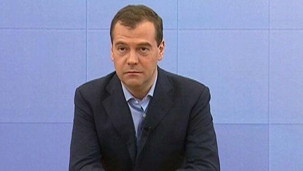 Медведев рассказал о взрывающихся лампах и дурацком регламенте