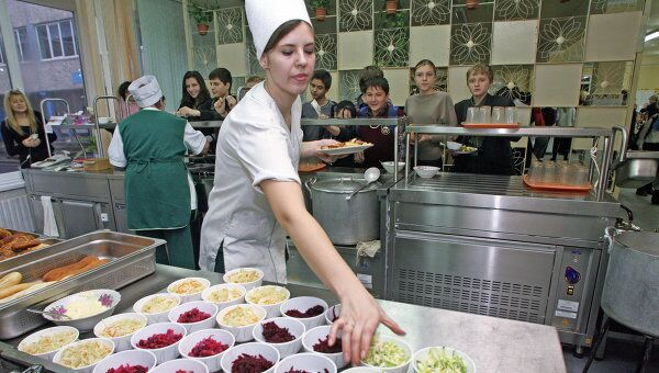 Работа столовой-пекарни в средней школе № 1 города Светлогорска Калининградской области. Архив
