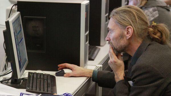 Работа за компьютером. Архивное фото