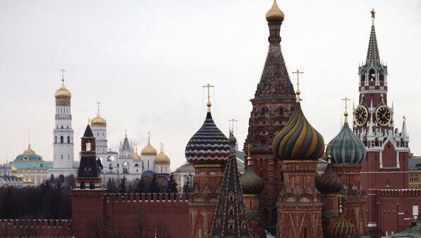 Вид на Покровский собор, Спасскую башню и соборы Московского Кремля