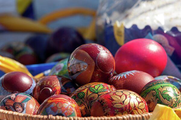 Пасхальные яйца во время освящения в Церкви Святителя Петра Митрополита Московского