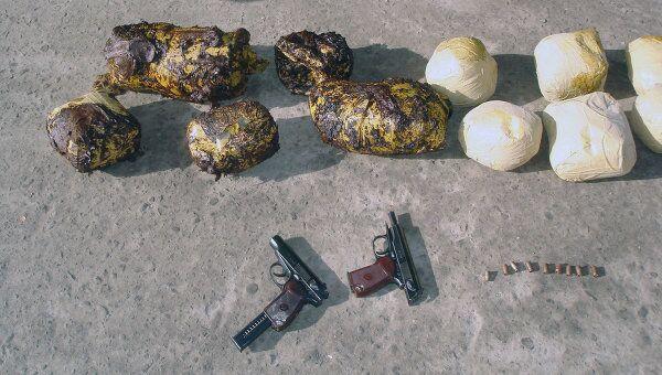 Наркотики и оружие, изъятые у афганского наркоконтрабандиста
