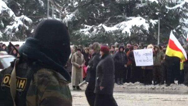Сторонники Джиоевой несколько дней митингуют в центре Цхинвали