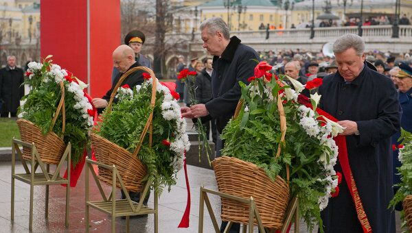 С.Собянин и Б.Громов возложили цветы к Могиле Неизвестного Солдата в честь 70-й годовщины битвы под Москвой