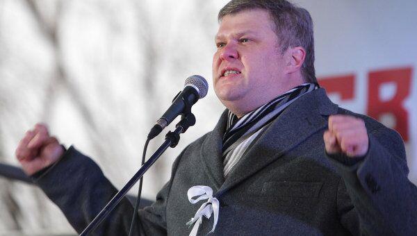 Председатель партии Яблоко Сергей Митрохин выступает на митинге За честные выборы на Болотной площади.