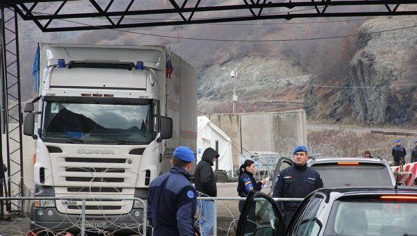 КПП Ярине с грузовиком МЧС, который полицейские ЕС не пропускают дальше в Косово