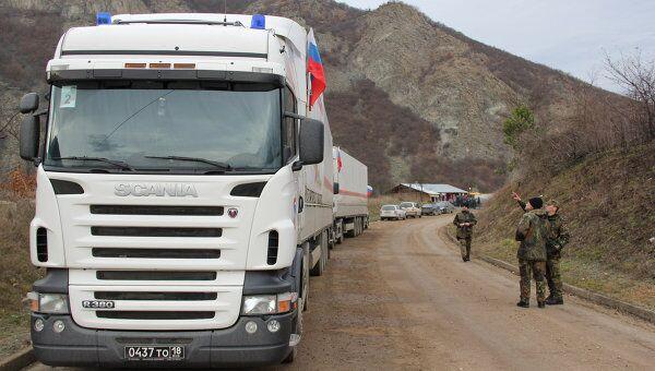 Российские грузовики в ожидании пропуска в Косово