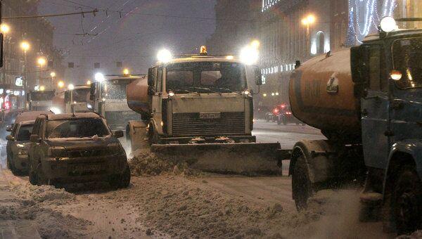 Уборка снега на улицах Москвы после снегопада