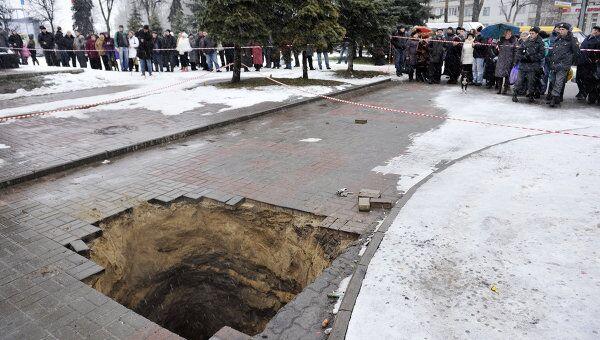 Мать с ребенком провалились в яму в Брянске, 8 января 2012 года
