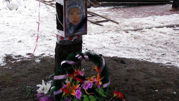 Жители несут цветы и игрушки к месту гибели ребенка в Брянске