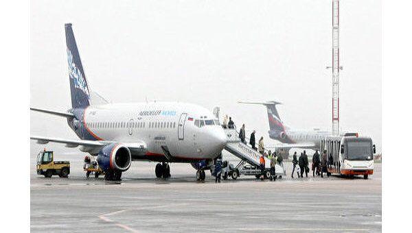 Высадка пассажиров из самолета Boeing 737 авиакомпании Aeroflot Nord. Архив