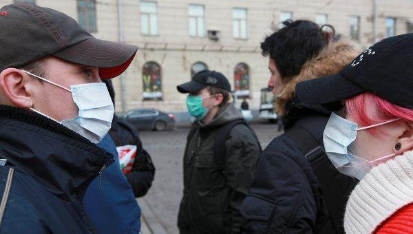 Люди в защитных масках на улицах Москвы. Архив