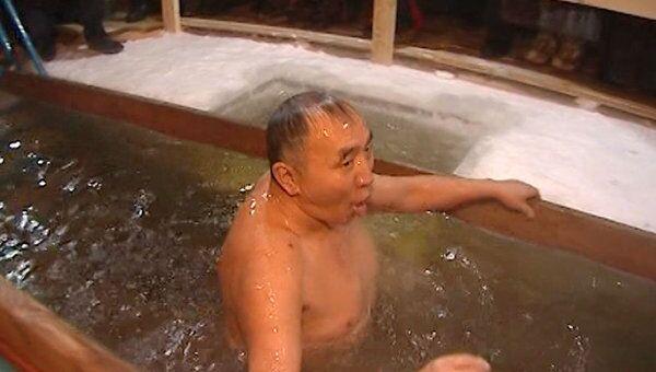 Крещенские купания в Якутии проходят в 35-градусный мороз