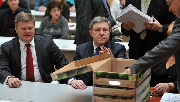 Лидер партии Яблоко, кандидат в президенты РФ Григорий Явлинский (в центре) и председатель Яблока Сергей Митрохин (слева) в Центральной избирательной комиссии России