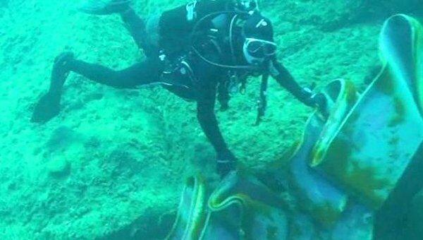 Водолазы изучают куски металла, вырванные скалой из днища Costa Concordia
