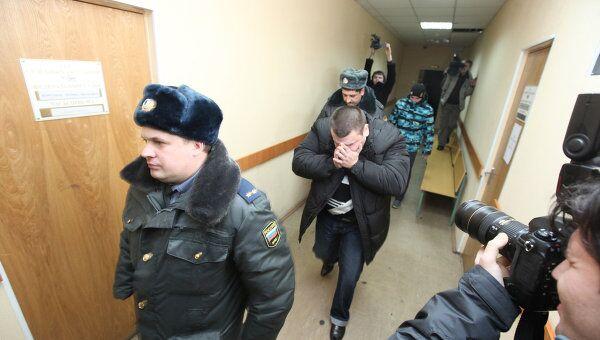 Участковый уполномоченный Денис Иванов (слева) взят под стражу по решению Невского районного суда Санкт-Петербурга. Полицейский подозревается в избиении задержанного за грабеж подростка, который затем скончался по пути в больницу