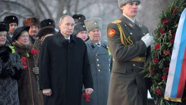 Премьер-министр РФ В.Путин на церемонии возложения венка к монументу Мать-Родина в Санкт-Петербурге