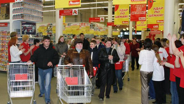 Покупатели в новом торговом центре. Архив