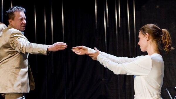 Сцена из спектакля Любовь в двух действиях в театре Модернъ в постановке телеведущего Андрея Максимова. Архивное фото