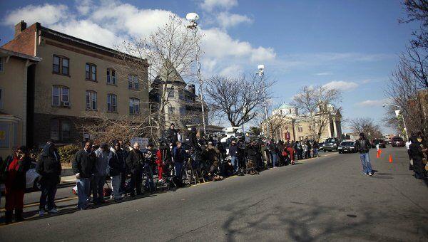 Журналисты у похоронного бюро в ожидании прибытия приглашенных на похороны Уитни Хьюстон